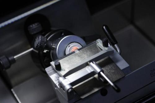 Laboratoire d'histologie, morceau de thymus en préparation, asperge d'un gaz givrant afin de le durcir pour effectuer des coupes de 7 microns avec une machine cryomicrotome